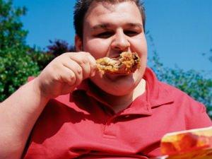 Мужчина ест продукты с большим количеством холестерина